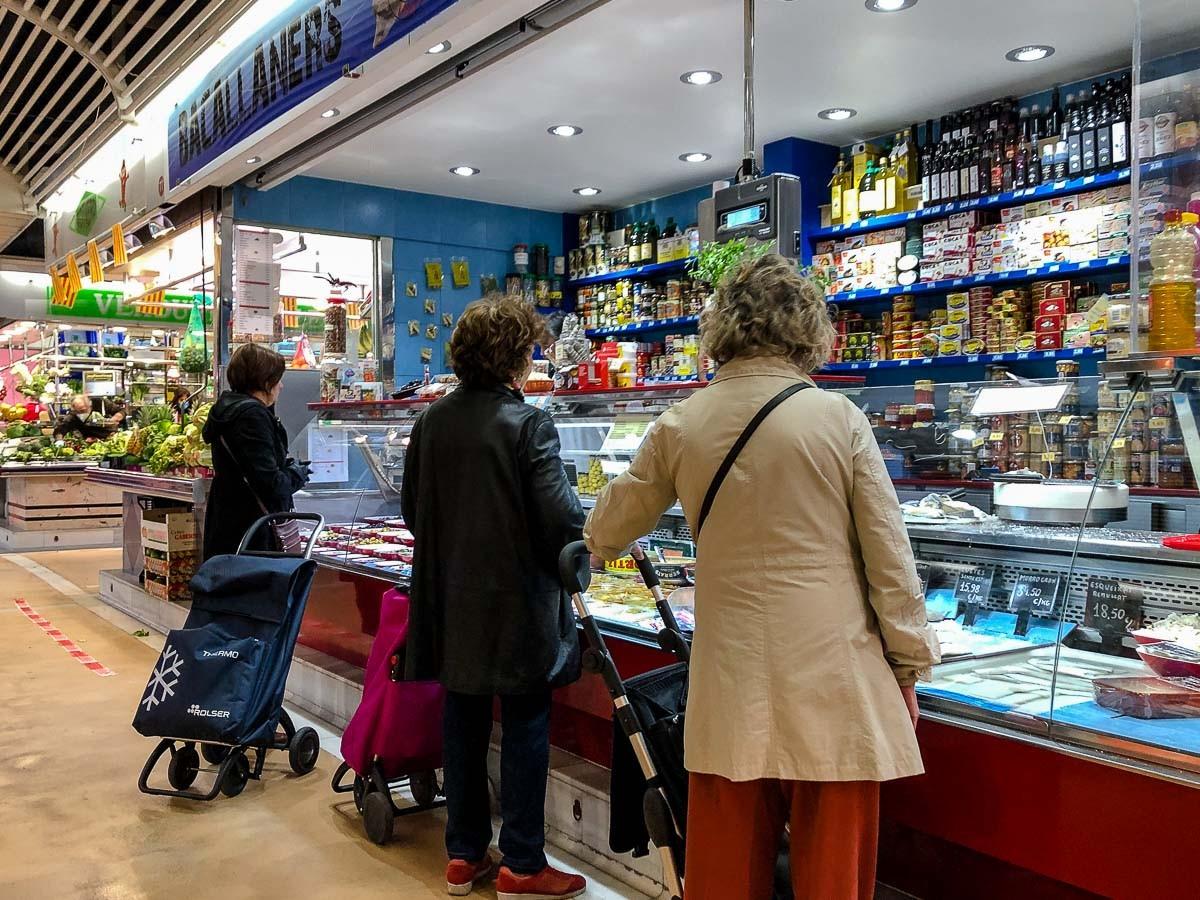Un dia de mercat a la Barcelona confinada.