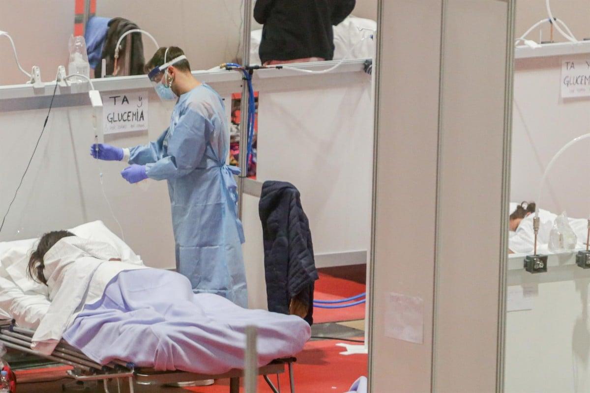Un sanitari atenent un pacient amb coronavirus a l'hospital habilitat a l'IFEMA