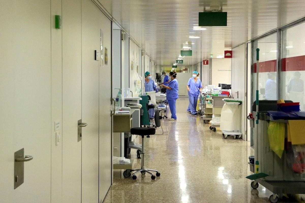 Metges treballant a l'UCI de l'Hospital de Bellvitge