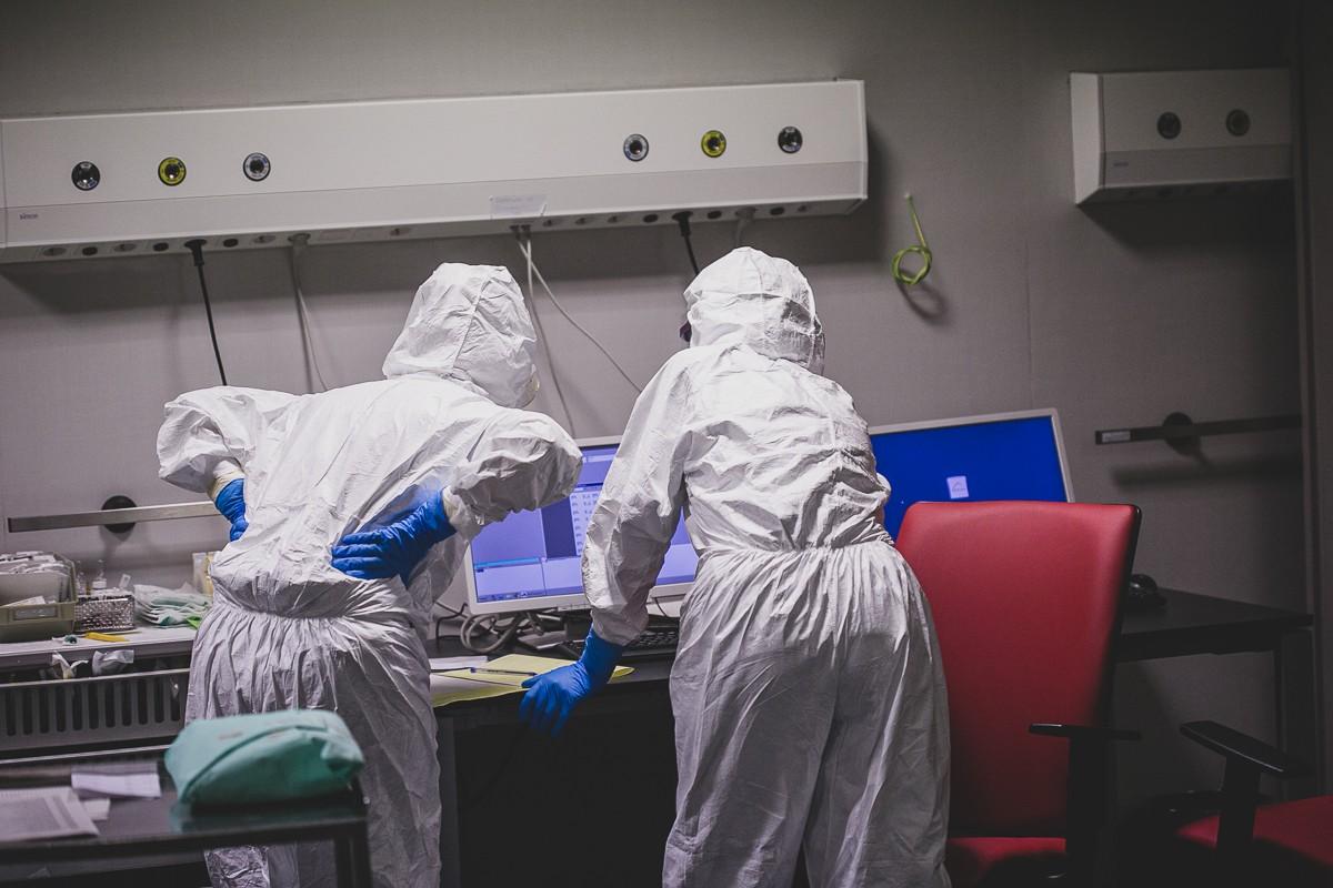 Sanitaris treballant a l'hospital d'Olot.