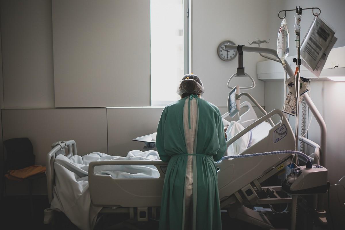 Un sanitari atenent un pacient, a Olot.