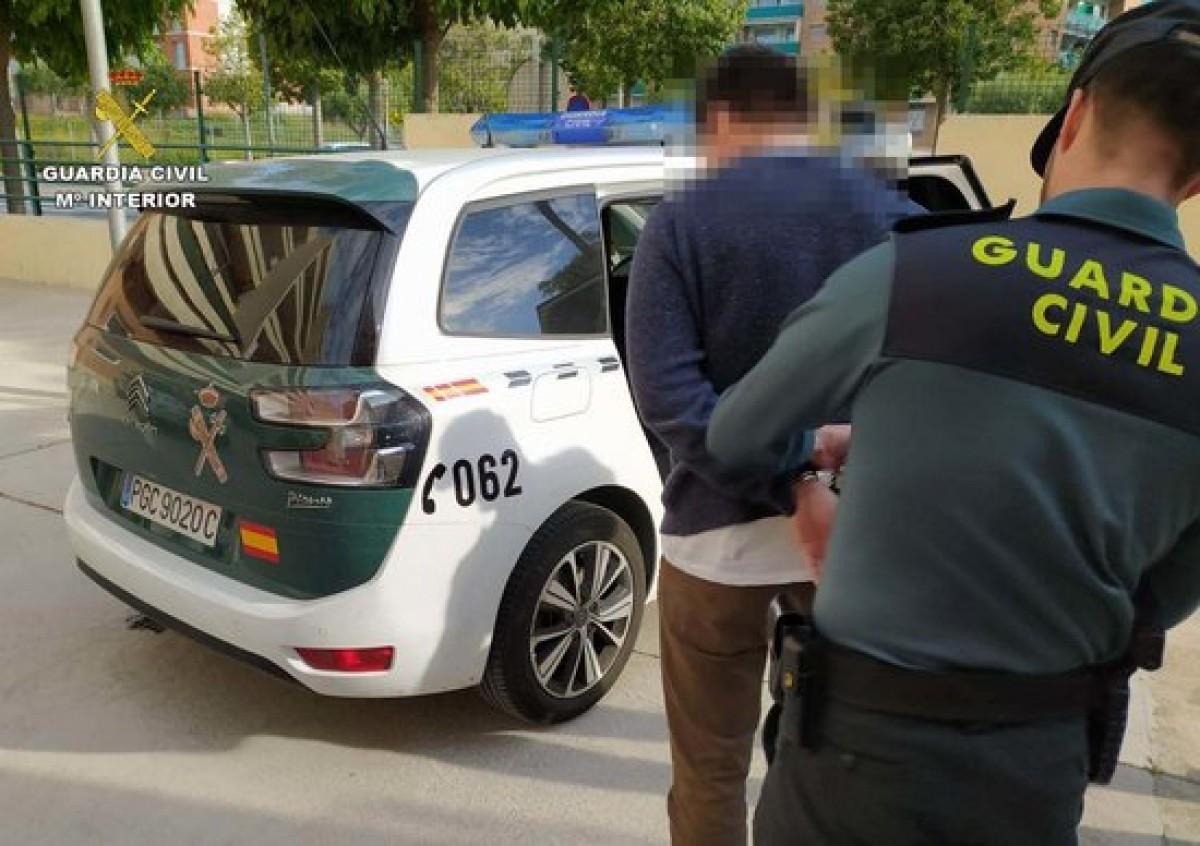 Un agent de la Guàrdia Civil amb un individu detingut a Torredembarra