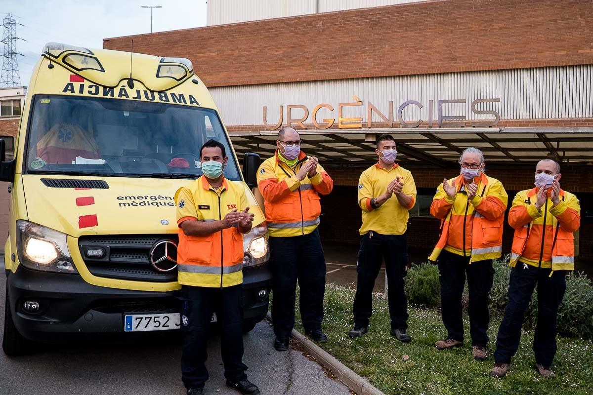 Homenatge dels cossos de seguretat als sanitaris de l'Hospital de Vic.