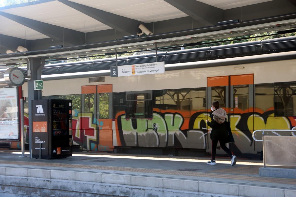 Una usuària agafant el tren a l'estació de la Renfe de Manresa.