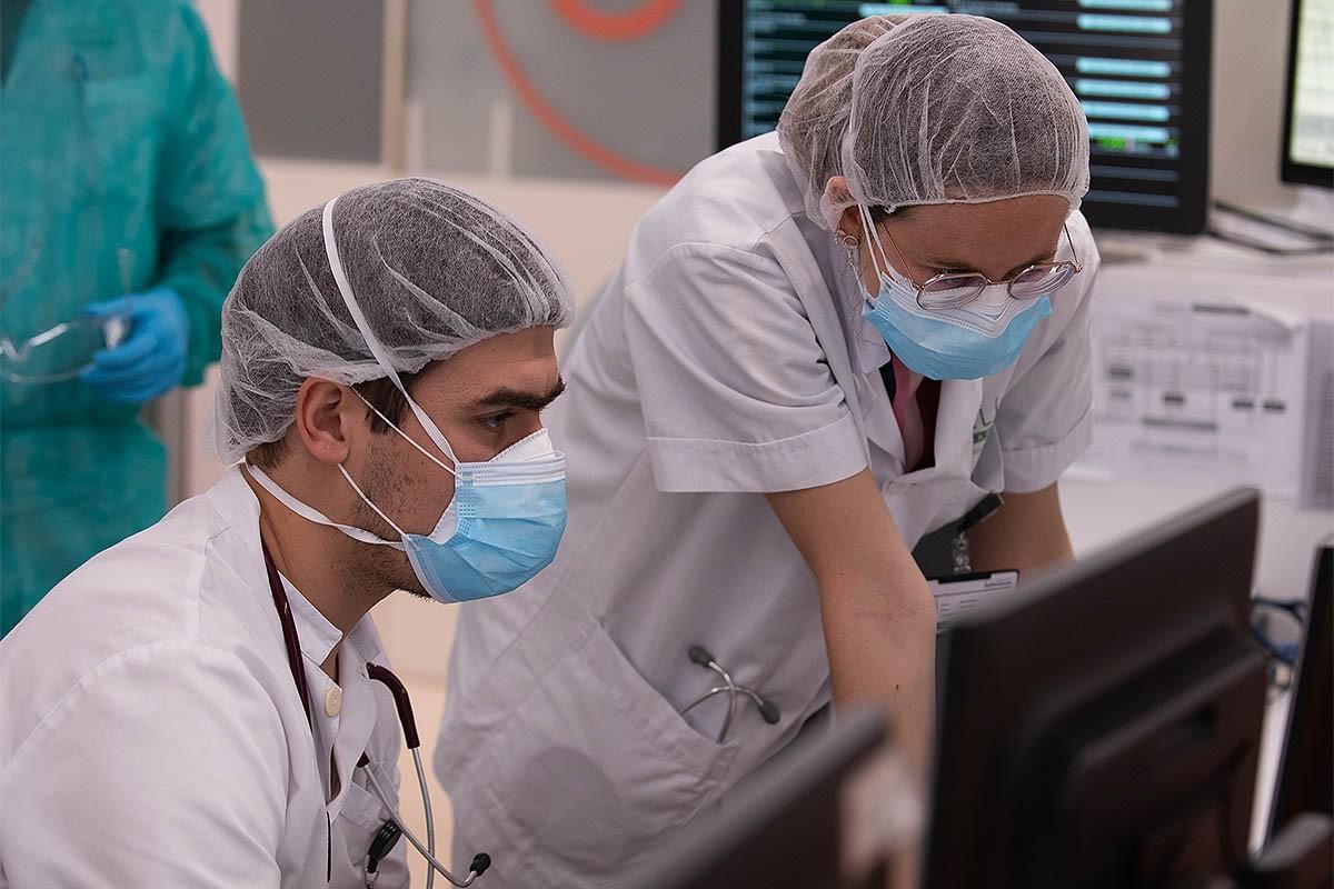 Metges de l'Hospital Clínic treballen durant la pandèmia de covid-19