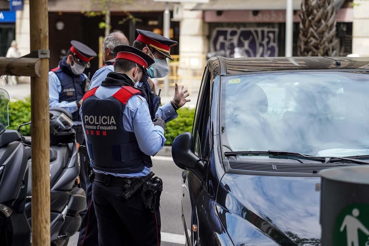 Control policial rutinari a Barcelona per Sant Jordi, en ple estat d'alarma.