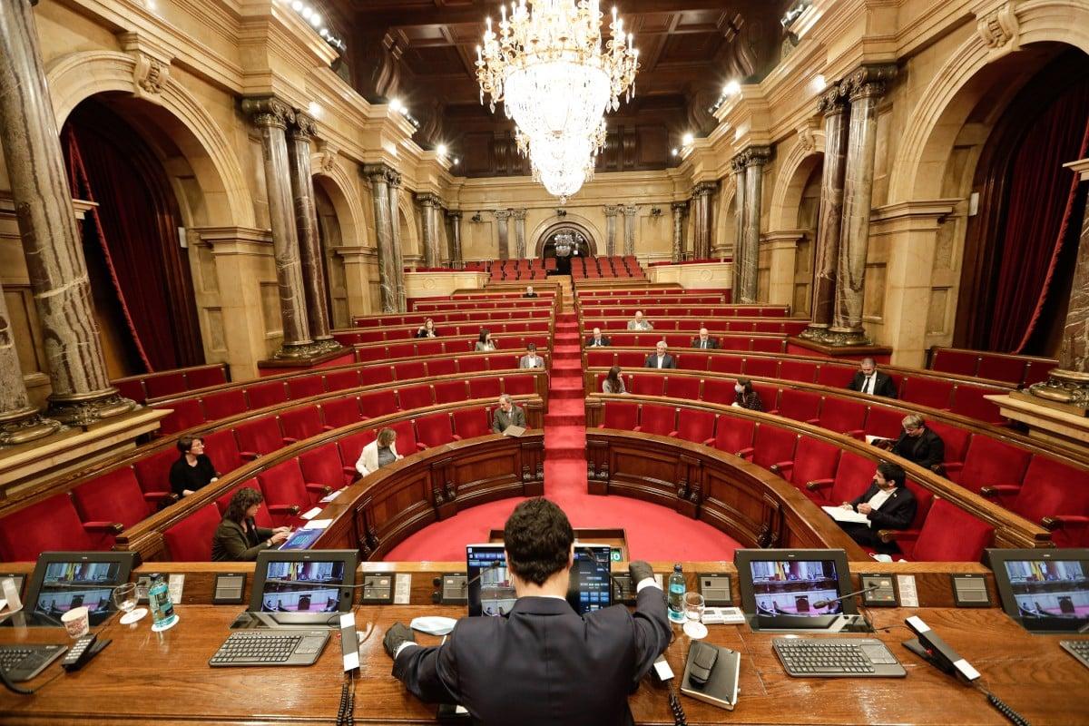 El Parlament, pràcticament buit en un ple durant la pandèmia