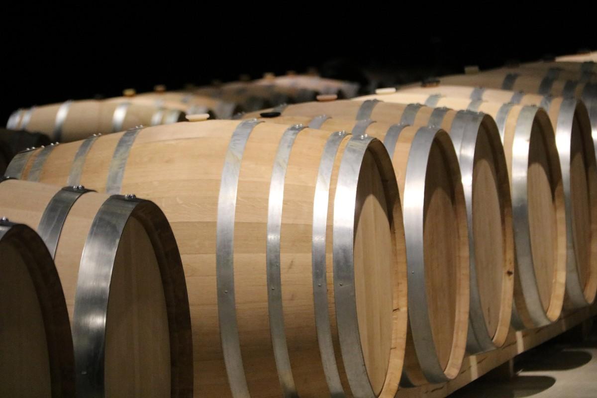 Diverses botes de vi del celler Oller del Mas, de Manresa