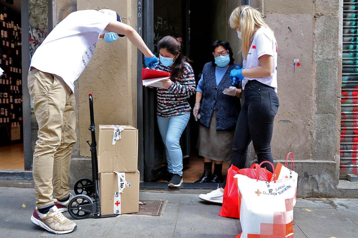 Un servei de Creu Roja Catalunya a un domicili del Raval durant el confinament.