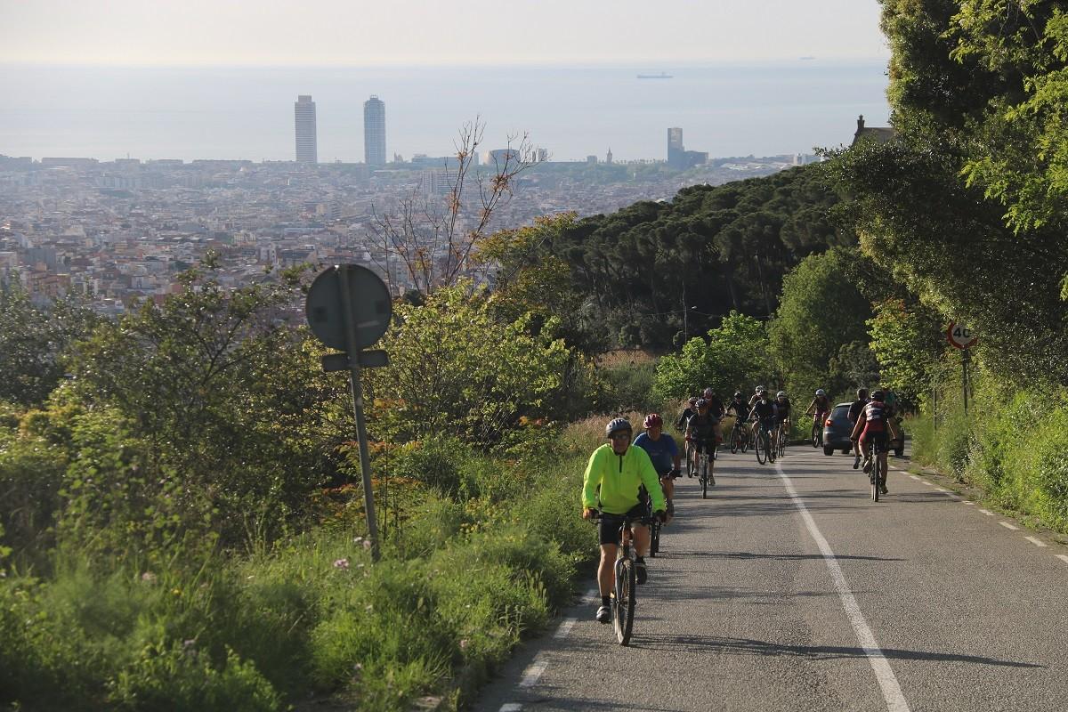 Ciclistes pujcant cap a la carretera de les Aigües.