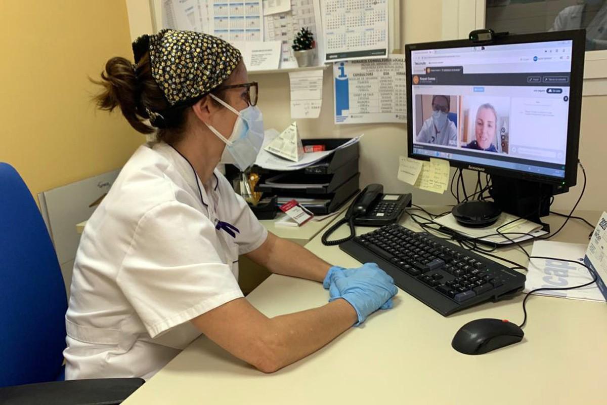 Una professional de l'Institut Català de la salut fent una videoconsulta.