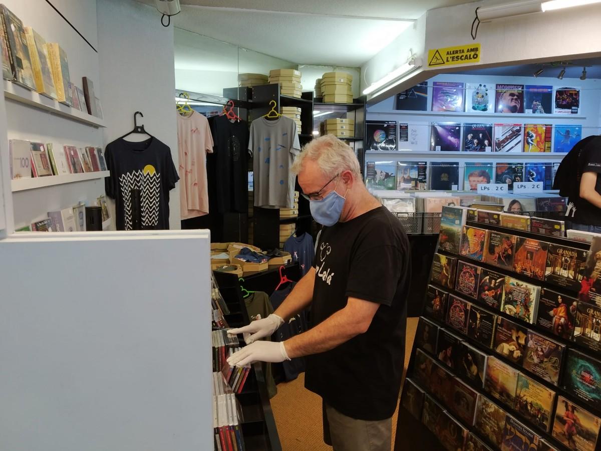 Un dels primers clients en acudir a una botiga de discos a la fase 1