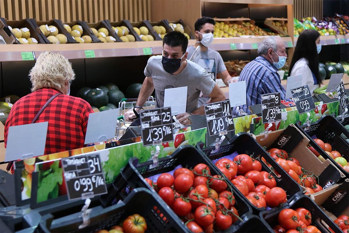 Gent comprant en un supermercat.