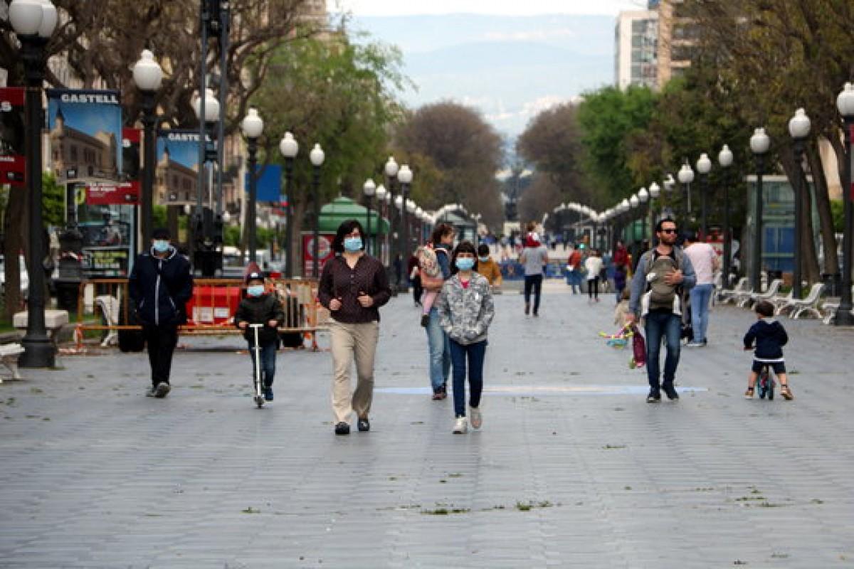 Ciutadans amb mascareta a la Rambla de Tarragona.