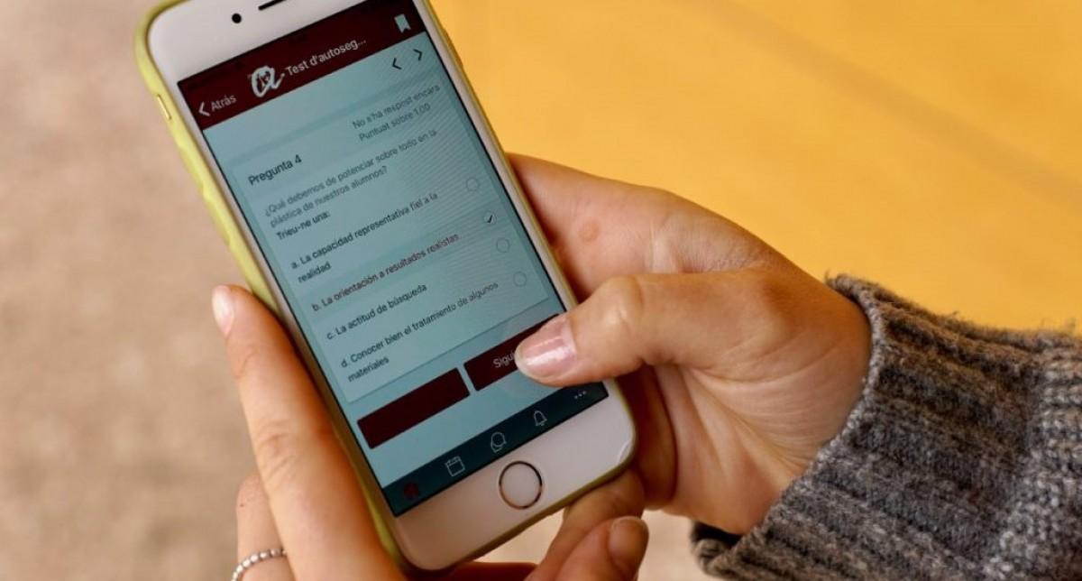 Una estudiant de la Universitat Rovira i Virgili, utilitzant les eines virtuals que li ofereix la institució.