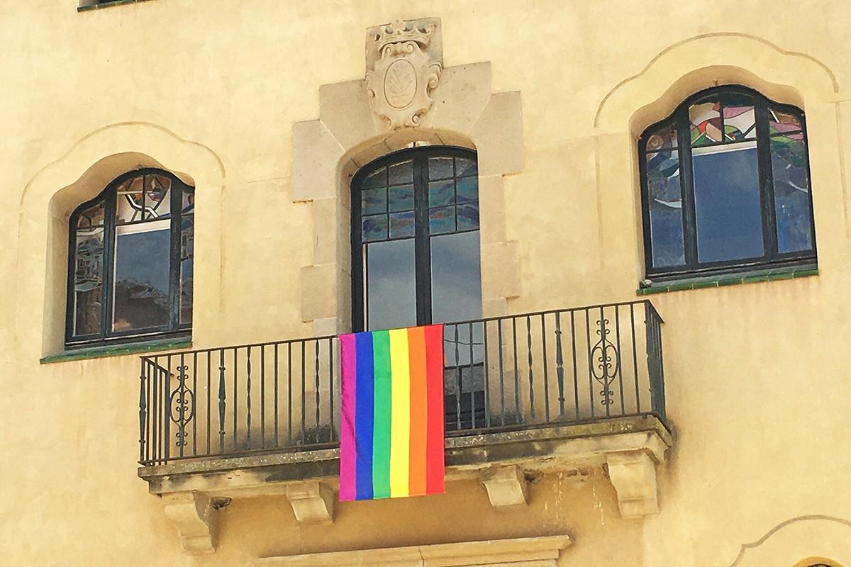 Bandera de l'arc de Sant Martí a la façana de l'Ajuntament de Súria