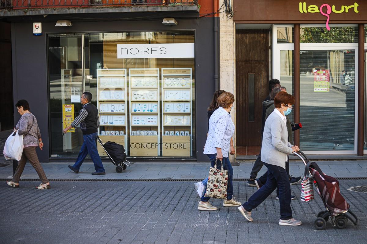 Gent amb mascareta al centre d'Olot.