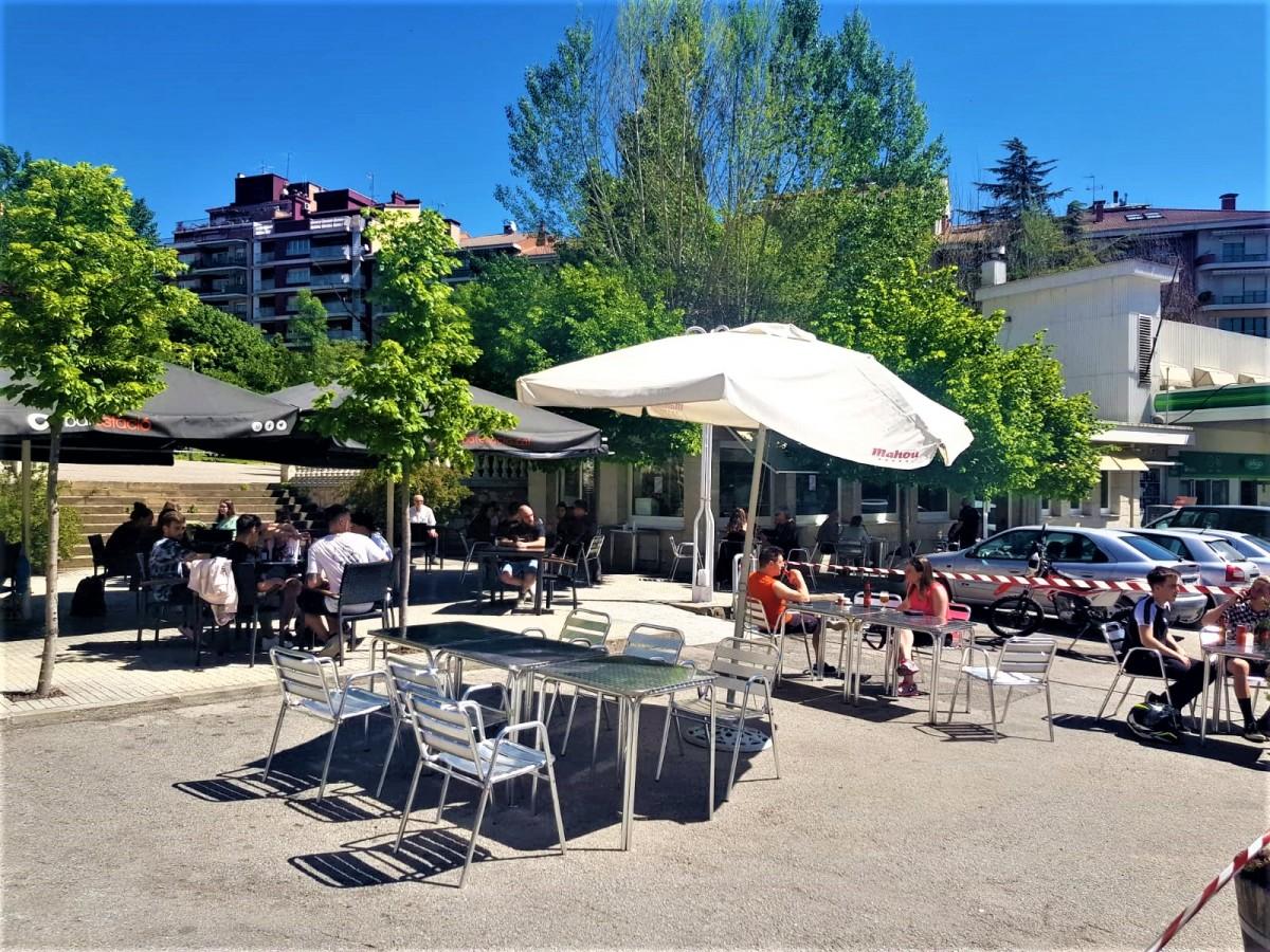 La terrassa del bar l'Estació amb gent jove gaudint d'un matí assolellat.