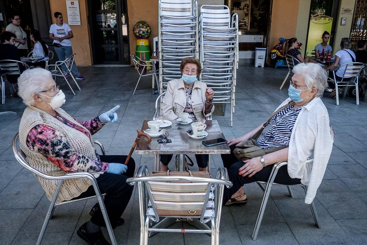 Tres àvies fent la tertúlia en una terrassa de Manlleu.