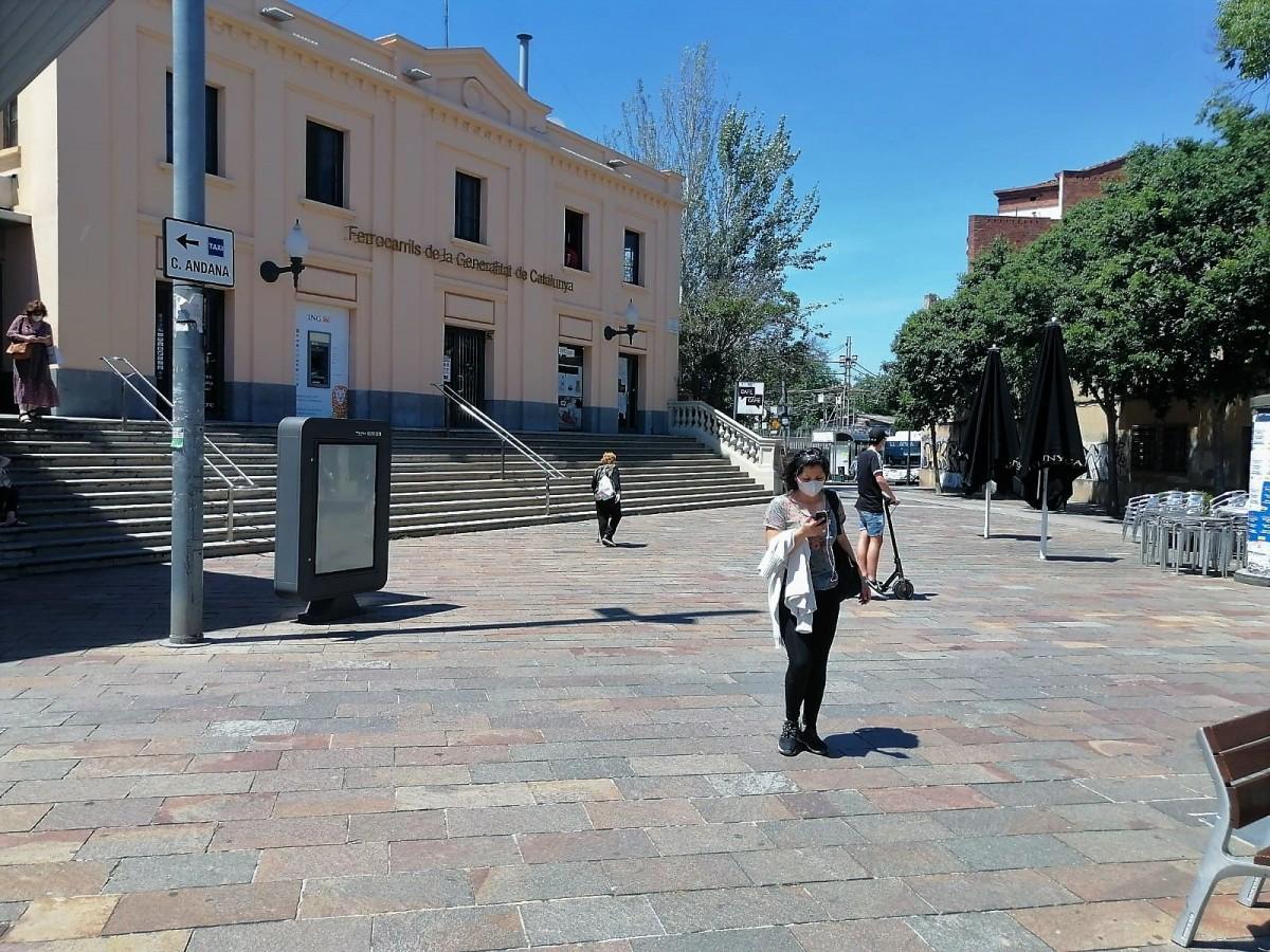 Gent amb mascareta al centre de Sant Cugat.