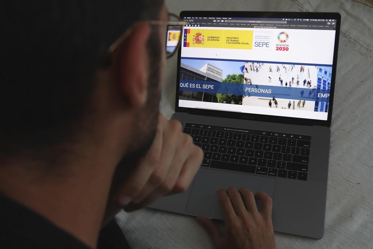 Un home mirant el web del Servei Estatal Públic d'Ocupació (SEPE).