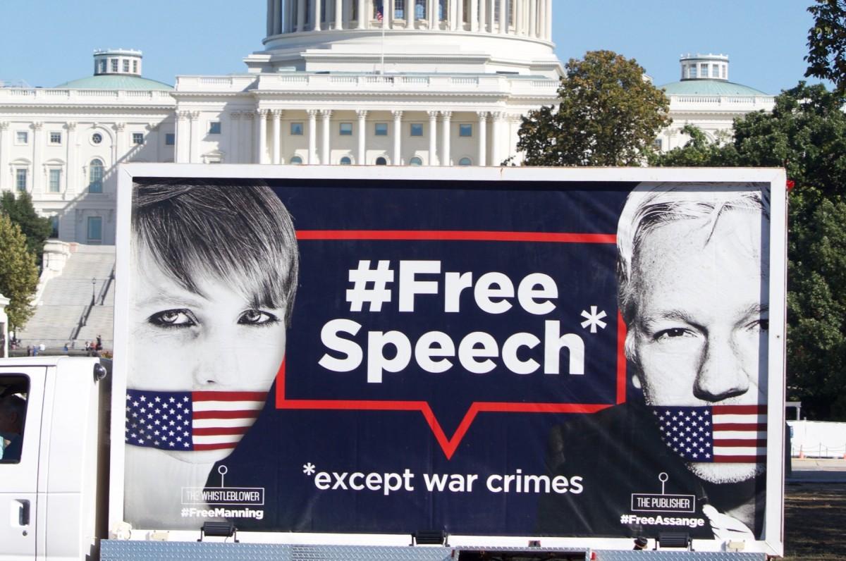 Campanya a favor de l'alliberament de Julian Assange, fundador de WikiLeaks, i de Chelsea Manning, la soldat que li va proporcionar el material classificat, passant just per davant de la Casa Blanca.