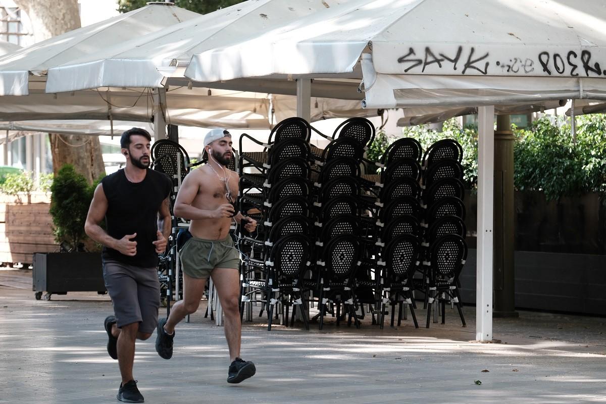Una parella d'esportistes corren per Rambla Catalunya.