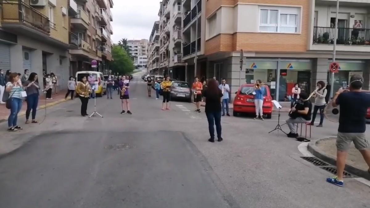 Una desena de músics fan sonar les melodies de la Patum al barri de la Font del Ros.