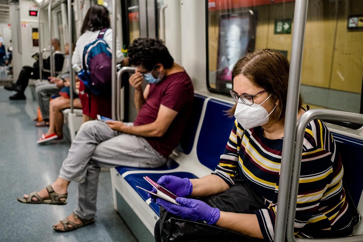 Passatgers amb mascareta al metro de Barcelona.
