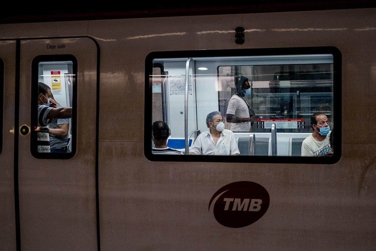 Passatgers amb mascareta al metro de Barcelona