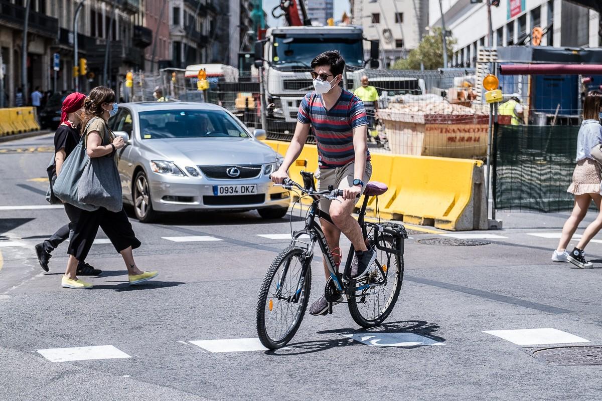 Un ciclista a la Barcelona en fase 1