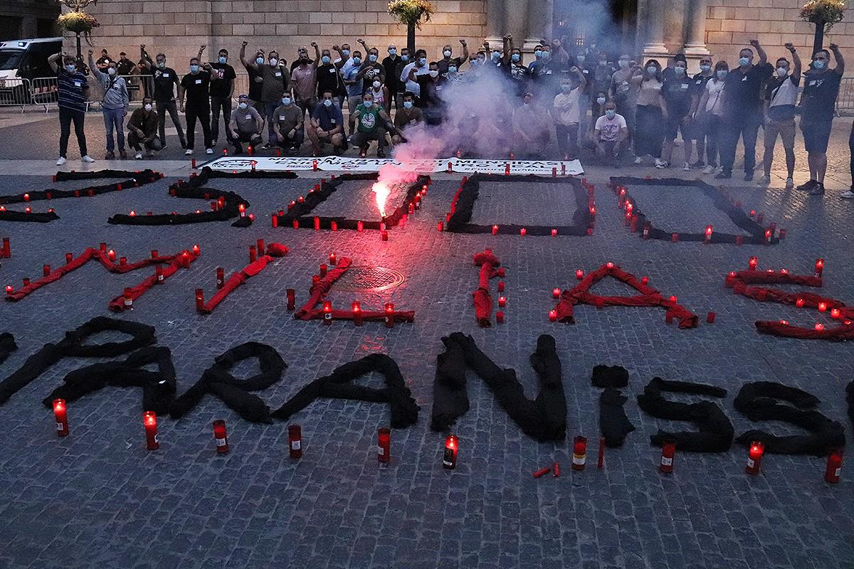 Protesta dels treballadors de Nissan a plaça Sant Jaume, aquest dimarts.