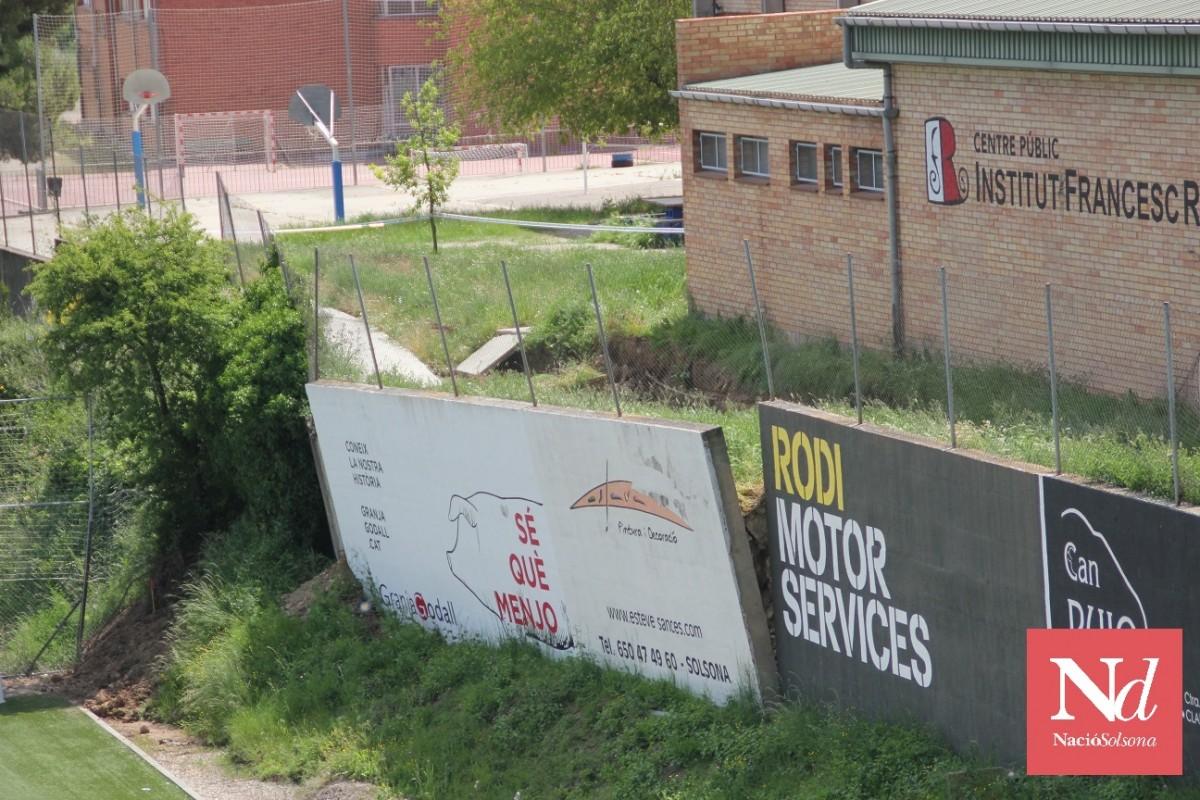 Mur a la banda que separa el recinte de l'Institut Francesc Ribalta de Solsona de l'àmbit del complex esportiu municipa