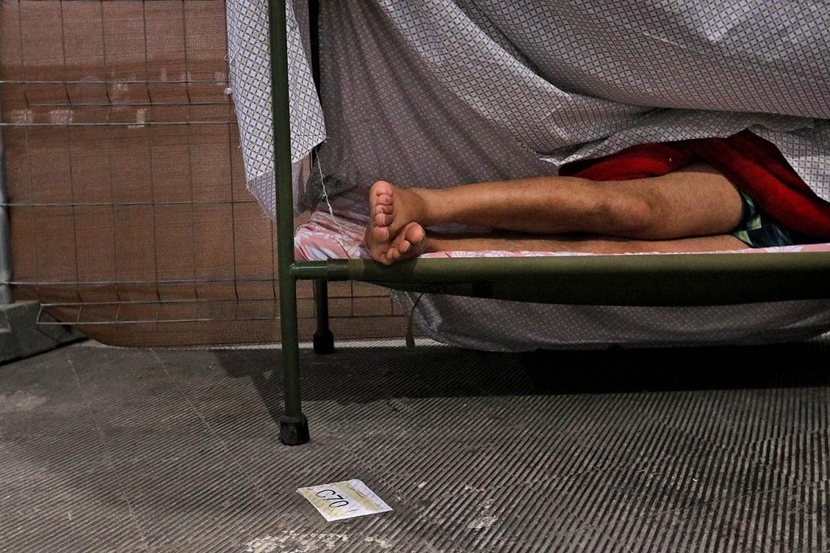 Una persona sense llar, allotjada a un pavelló durant l'epidèmia