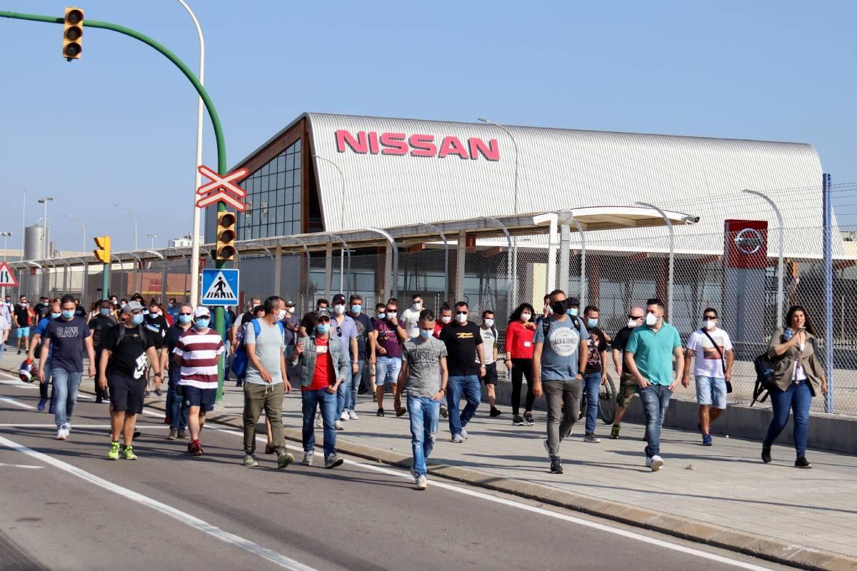 Treballadors de Nissan, al voltant de la fàbrica de Zona Franca, aquest dijous.