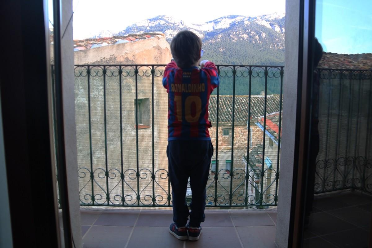 Un infant confinat a casa