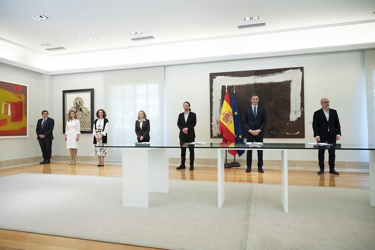 Pedro Sánchez i Pablo Iglesias, flanquejats per ministres del govern espanyol