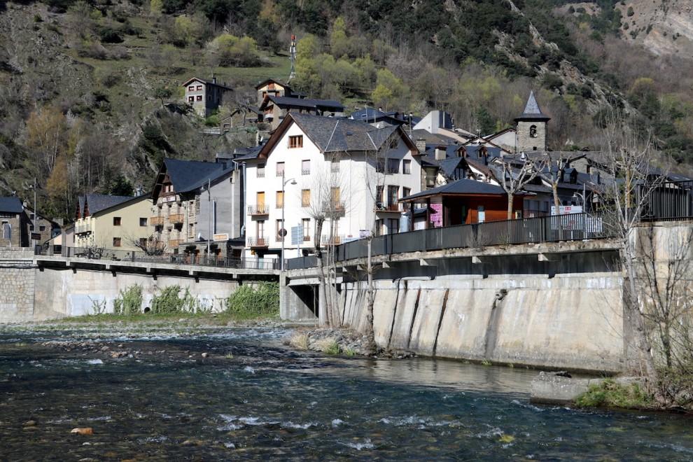 Imatge inusual en aquesta època del riu Noguera Pallaresa totalment buit