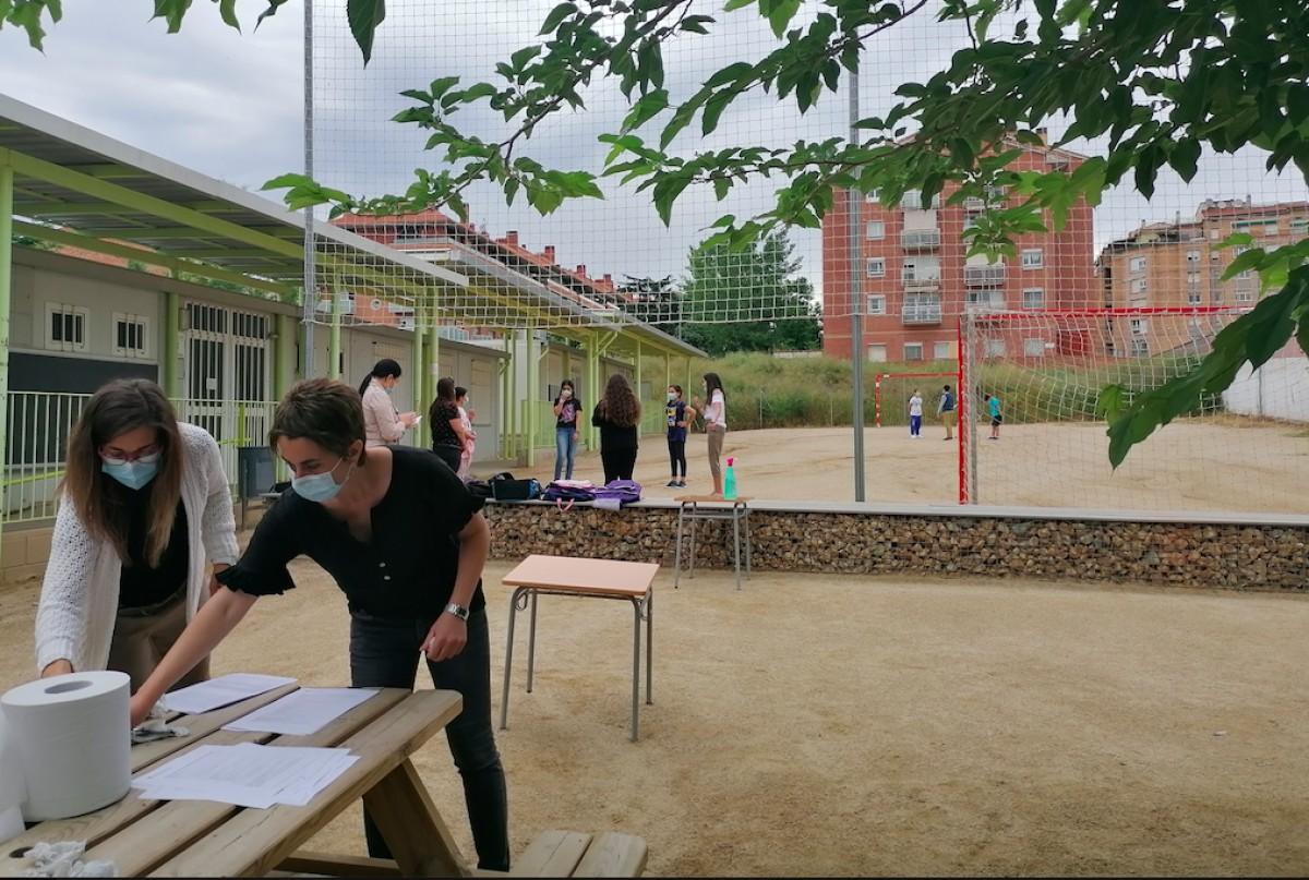 L'entrada de l'escola Valldaura de Manresa el primer dia de reobertura de les escoles