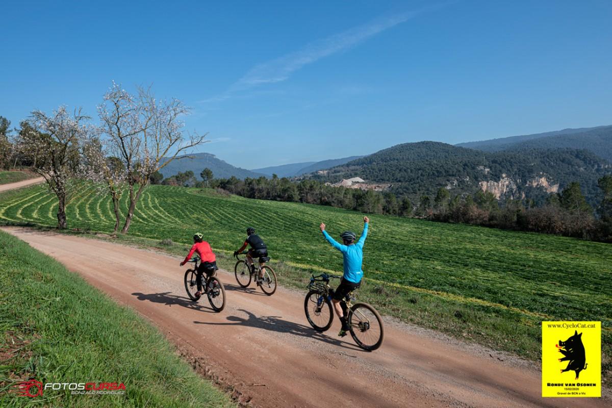Un ciclista al centre de Sant Cugat