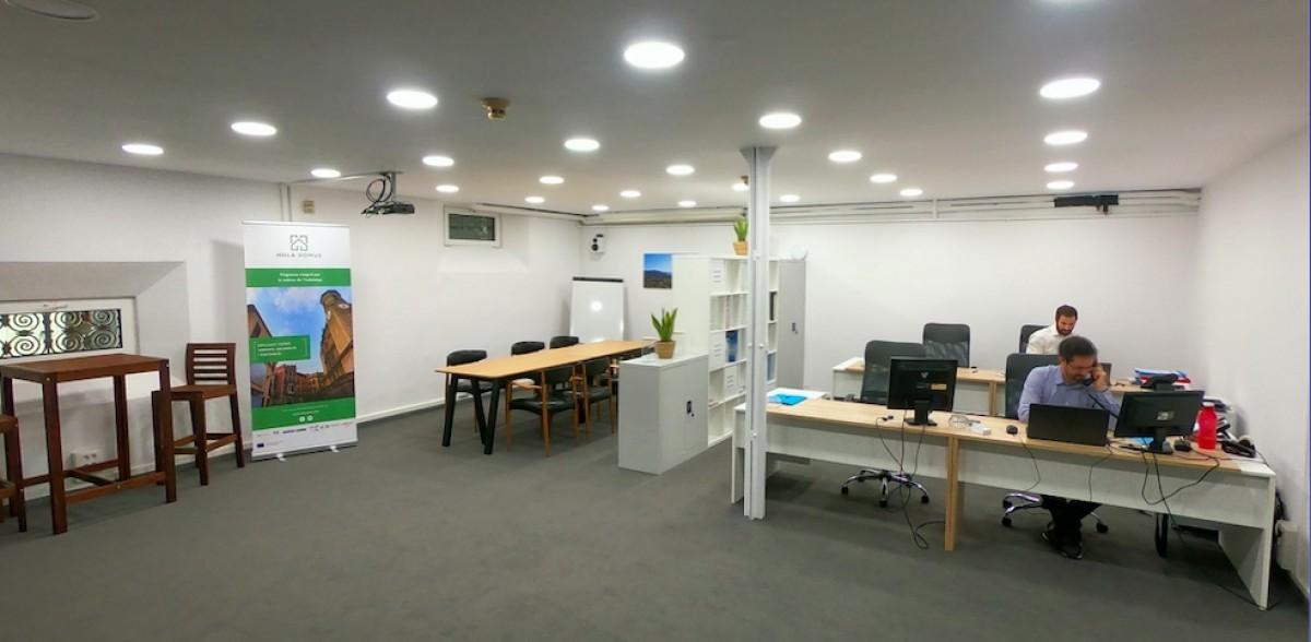 L'oficina d'HolaDomus, als baixos de l'Ajuntament d'Olot.