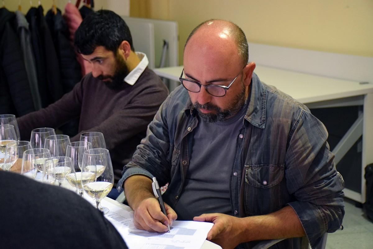 Carles Xuriguera tastant en un Concurs Tastavins DO Penedès