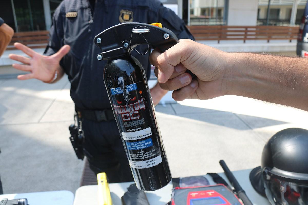 Un bidó de gas pebre que formarà part de l'equipament armat de la Policia Municipal de Girona.