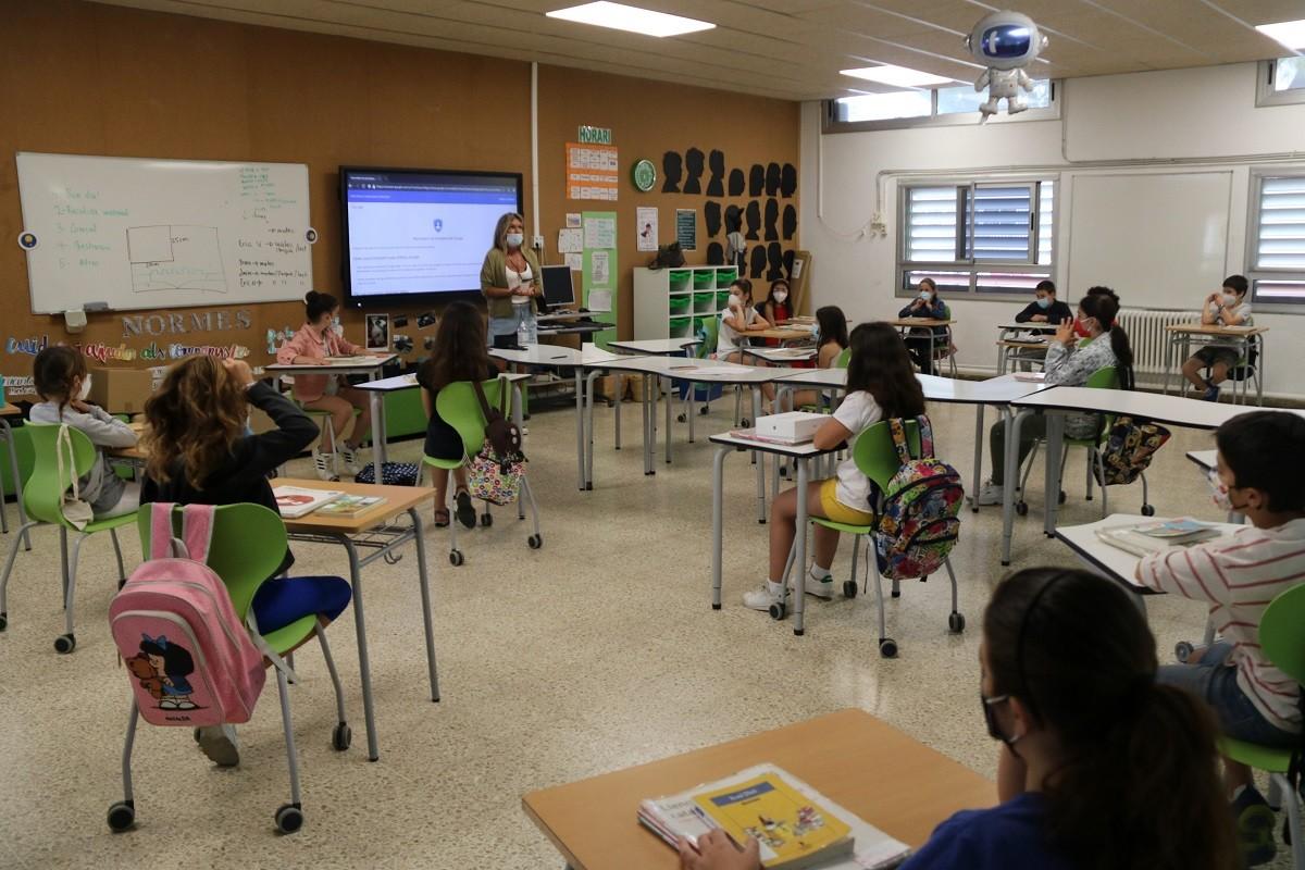 Una escola de Sitges amb els alumnes mantenint la distància de seguretat i mascareta