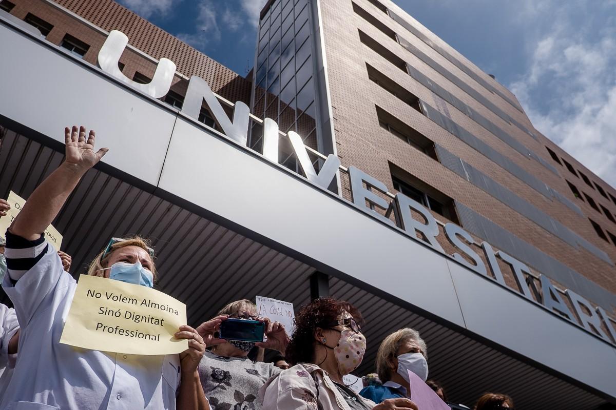 Protesta a l'Hospital de Vic per la paga extra per als sanitaris.