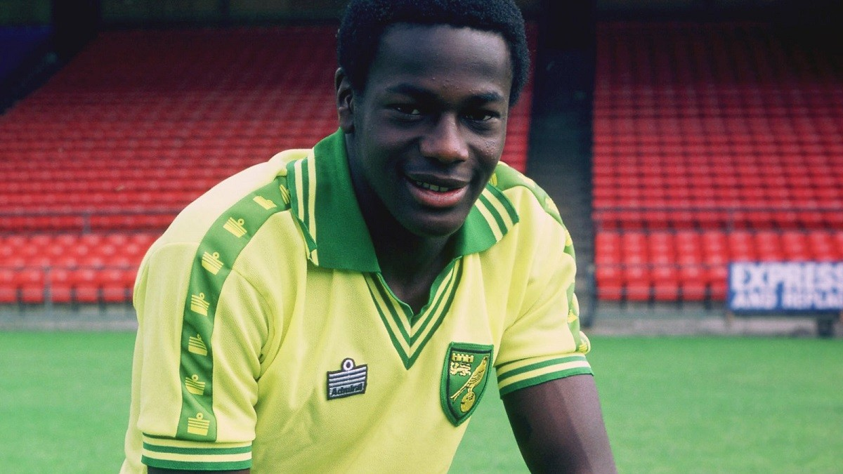 Un jove Justin Fashanu vestit amb la samarreta del Norwich City, l'equip amb el que va debutar als 17 anys