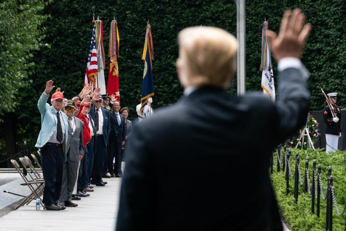 Donald Trump saluda un grup de veterans de la Guerra de Corea.