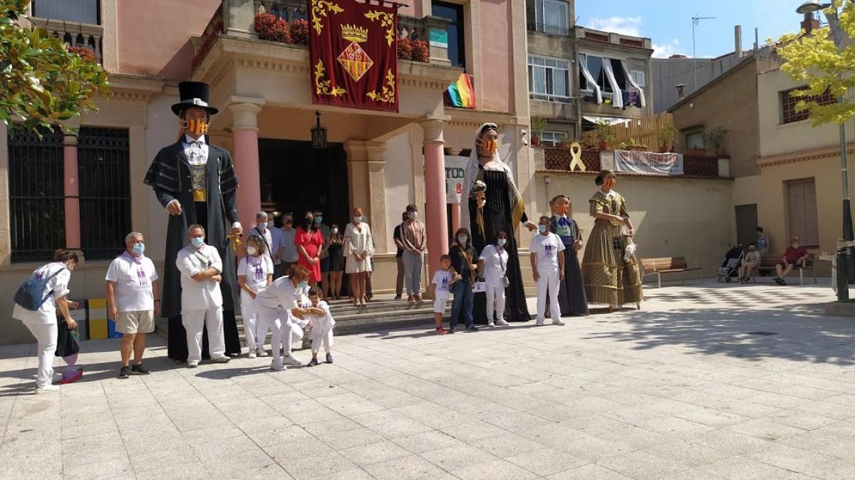 Els Gegants de Rubí i les autoritats municipals a la plaça de l'Ajuntament