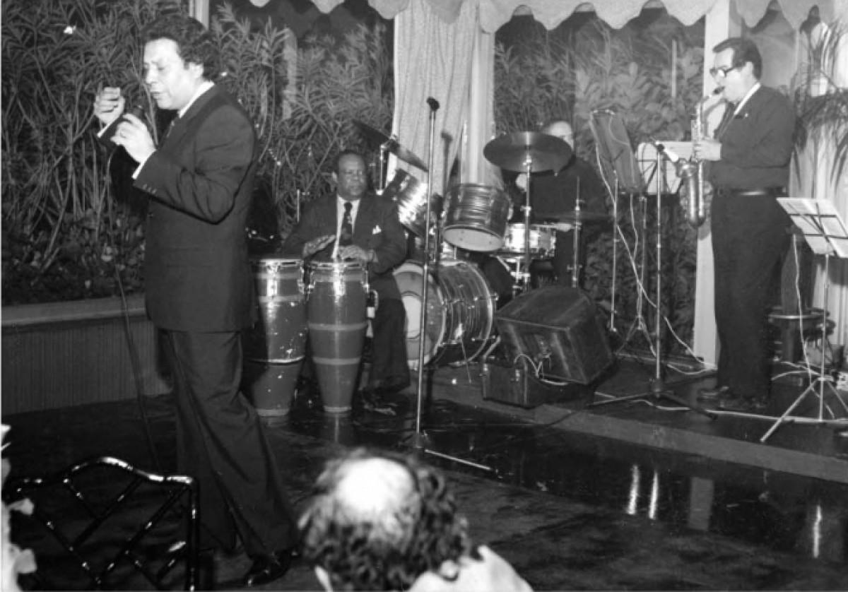 Ramoncito, tocant les congues amb el cantant Moncho