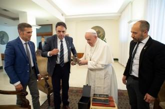 El papa Francesc rep un llibre d'escrits religiosos de Junqueras i escolta les peticions de llibertat pels presos